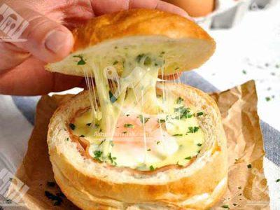 تخم مرغ پخته شده داخل نان