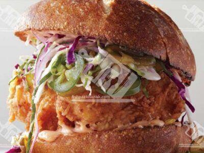 ساندویچ مرغ ترد بهمراه سالاد و مایونز