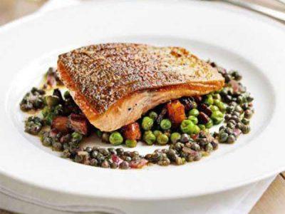 ماهی قزل آلا با نخود فرنگی و سوسیس