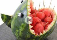 چگونه هندوانه را به شکل کوسه تزیین کنیم؟