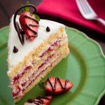 کیک توت فرنگی خامه ای
